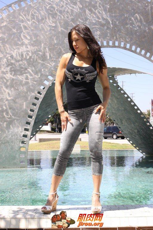 腹部肌肉锻炼视频_健美女明星束状秀_肌肉网