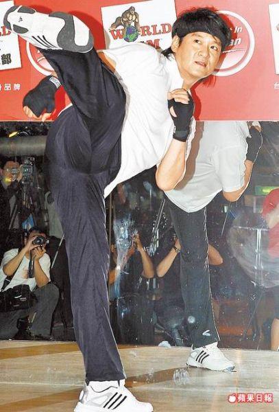 周华健昨天(5月19日)练习拳击有氧时摆出帅气的侧踢姿势