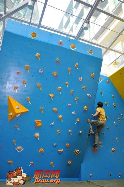 独特抱石墙设计的室内攀岩馆
