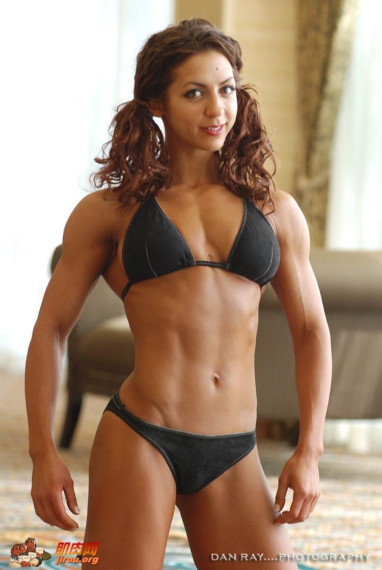 女生有氧健身目的是锻炼心肺功能、减脂、增强耐力、改善体形等。   时间段选择:   1、早饭后日出之后运动,运动前30-60分钟吃100克易消化食物,少许牛奶。   2、早饭一个半小时之后运动。   3、晚饭前两小时开始,运动前30-60分钟吃100克易消化食物。   4、晚饭后一个半小时,并且离睡觉一个小时之外,按自己习惯选择。   有氧运动包括:游泳、跑步、跳操、登山、跳绳、打球等,可以选择任何一种,时间要控制在45-60分钟,慢跑也可以。   控制靶心率,就是脉搏在(220-年龄)×(6