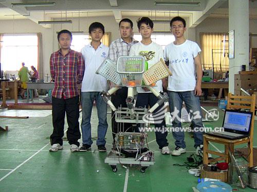 """姚晨等五名同学和他们设计发明的""""多人健身娱乐机"""""""