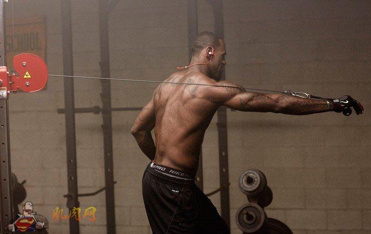 背部健身_詹姆斯拍广告展现最强肌肉_肌肉网