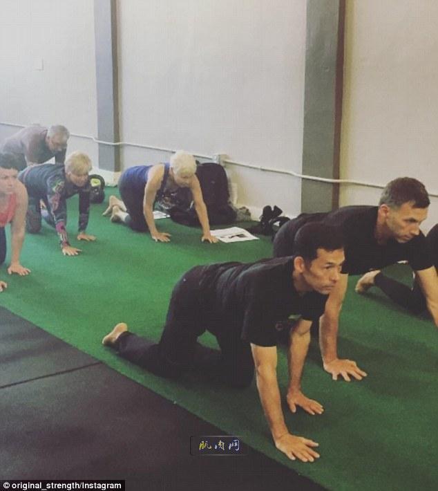 健身新方式!像婴儿一样爬行能增强肌肉力量