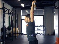 改善肩膀灵活性:靠墙W推