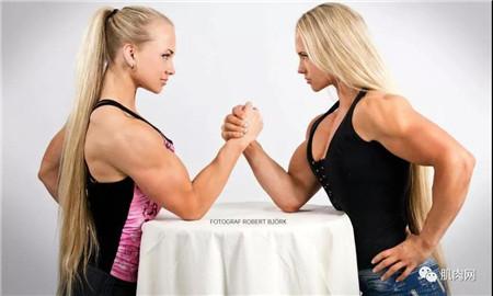 两个美女扳手腕_掰手腕输给女生,是种什么体验?太丢人了