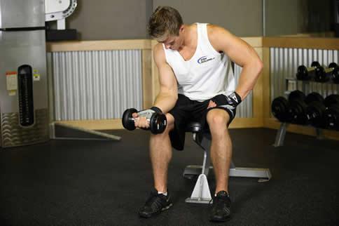 哑铃锻炼肱二头肌方法有哪些