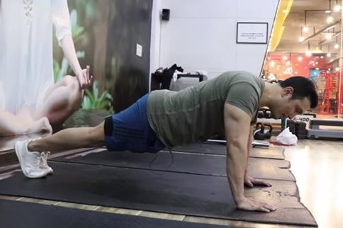 徒手练背部肌肉的动作是什么